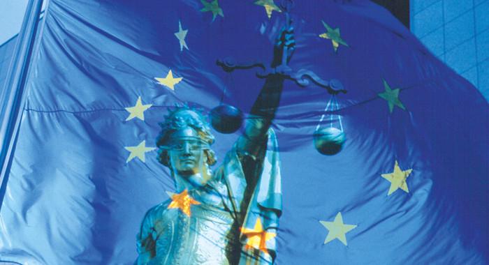 Die griechische Göttin Justitia in einer Europa-Flagge