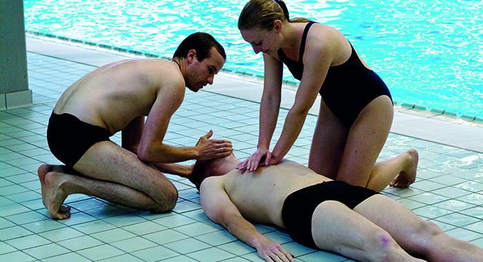 Studierende während einer Übung in der Weiterbildung zum DLRG Rettungsschwimmabzeichen in Silber.