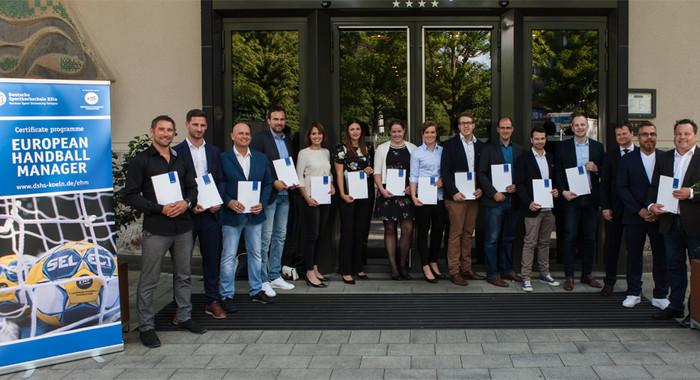 Abschluss im European Handball Manager (EHM): Die diesjährigen AbsolventInnen nach der Zertifikatsverleihung.