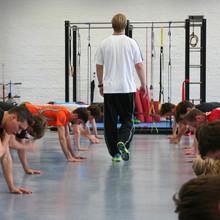 Ein Athletiktrainer bei der Anleitung eines Kurses_ohne©ok