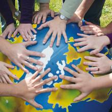 Studierende legen ihre Hände auf einen Gymnastikball ©DSHS Pressestelle