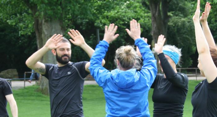 SportlerInnen klatschen sich nach einem erfolgreichen Training ab.