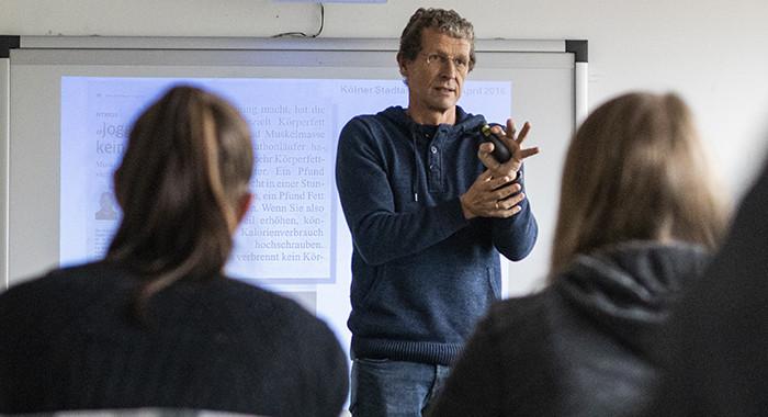 Prof. Dr. Klaus Baum unterrichtet im Zertifikatsstudiengang Sportwissenschaft in Theorie und Praxis im Bereich der Trainingswissenschaft.
