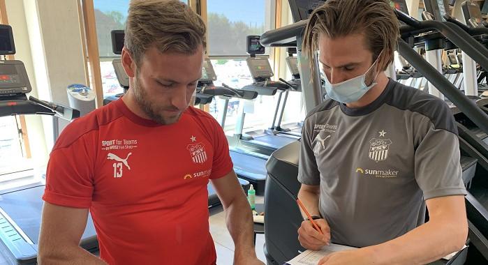 Profi-Fußballer und Athletiktrainer bei einer Messung
