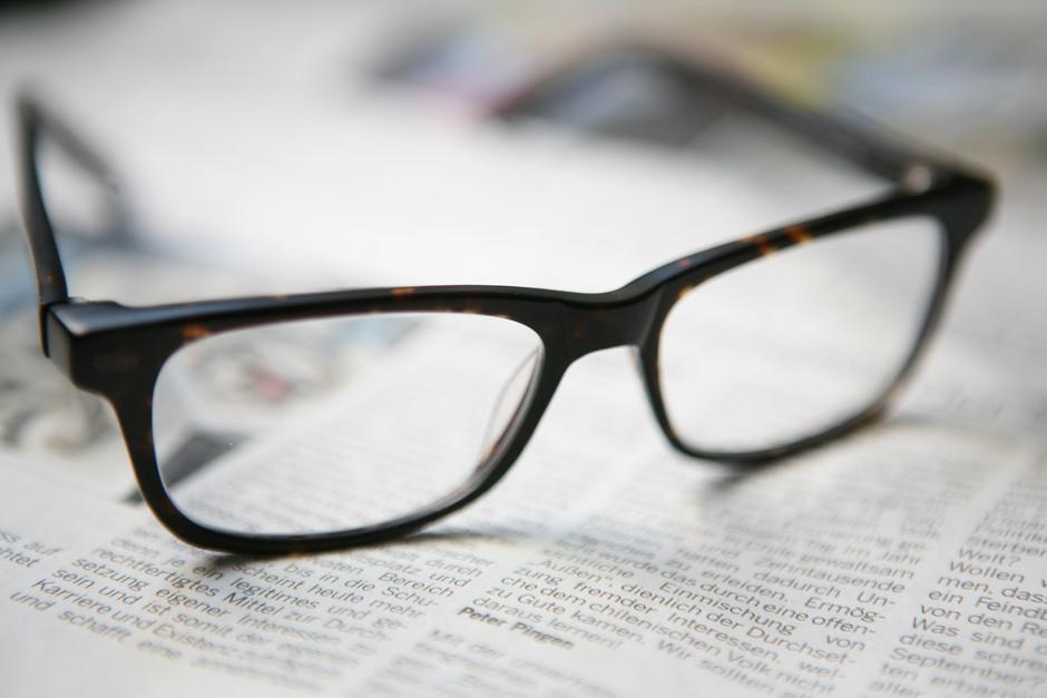 Brille auf zeitung for Spiegel kontakt redaktion