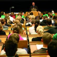 Dozent spricht vor einem gefüllten Hörsaal. Foto:©DSHS Presse