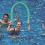 Vier Personen im Wasser mit einer Schwimmnudel